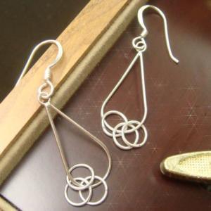 シルバーピアス レディース 3つの輪っかが揺れるたび可愛さが舞う シルバー線のフックタイプ揺れピアス|laplateriashu