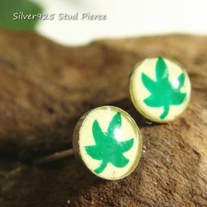シルバーピアス レディース 鮮やかなグリーンの葉っぱをコロとした丸の中に閉じ込めたピアス|laplateriashu