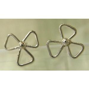 シルバーピアス レディース シンプル 花 プロペラ 線で3枚花びらを表現したプロペラのようにも見えるスタッドピアス|laplateriashu