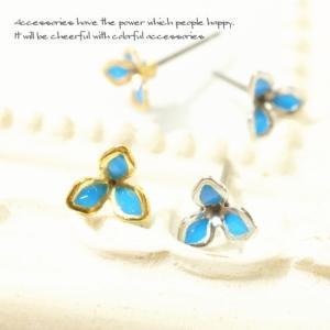 ターコイズブルーの3枚の花びらが可愛いスタッドピアス|laplateriashu