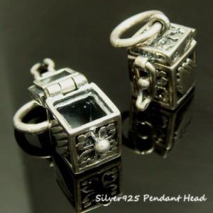 手でくるりと包み込んだ 小さな宝石箱のペンダントトップ|laplateriashu
