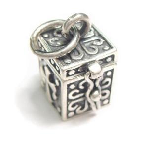 シルバー925 小さめタイプ クロスやお魚のような模様の紋章入り小さな宝石箱のペンダントトップ|laplateriashu