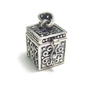 シルバー925 大きめタイプ クロスやお魚のような模様の紋章入り小さな宝石箱のペンダントトップ|laplateriashu