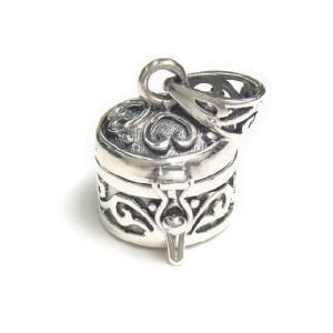 シルバー925 蔦のようなハートのような模様が可愛らしい小さな円形の宝石箱のペンダントトップ|laplateriashu