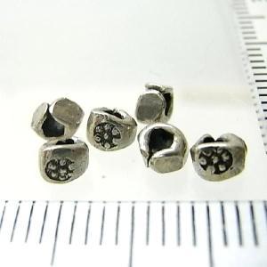 シルバーバーツ 2-022 5個で1セット 直径3.3mmタイプで横にお花のような模様が描かれたいびつなかたちのビーズ|laplateriashu