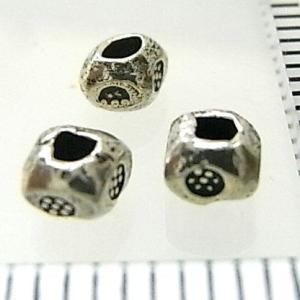 シルバーバーツ 2-023 5個で1セット 直径3.7mmタイプで横にお花のような模様が描かれた四角を丸くしたような形のビーズ|laplateriashu