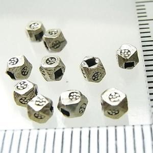 シルバーバーツ 2-024 5個で1セット 直径2.5mmタイプで横にお花のような模様が描かれた角ばった形のビーズ|laplateriashu