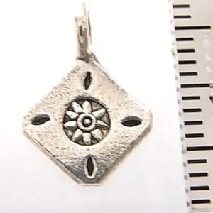シルバーバーツ 2-086 1個売り 直径10.1mmタイプでひし形のパーツの中に太陽やお花のような模様が描かれビーズ|laplateriashu