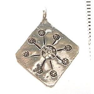 シルバーバーツ 2-090 1個売り 直径16.3mmタイプでひし形のパーツの中に太陽やお花のような放射線状の模様が描かれたビーズ|laplateriashu