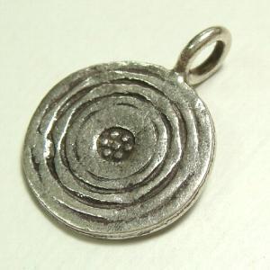シルバーパーツ 1個売り 直径13.4mmタイプで円形のパーツの中に葉っぱのような放射線状の模様が描かれたシルバー925ビーズ1個セット ビーズ アクセサリー|laplateriashu
