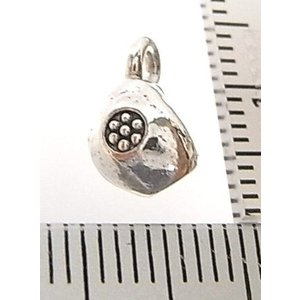シルバーバーツ 2-097 1個売り 直径6mmタイプで丸型のパーツの中にお花のような模様が描かれた豆のような形のビーズ|laplateriashu