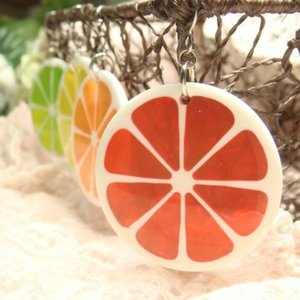 レディースピアス ジューシーなピアス  カラフルなレモンの輪切りがキラキラ光る ラメ入りカラフルなフックタイプ下がりピアス|laplateriashu