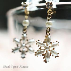 レディースピアス 雪印の形にパールのビーズが付いて本物の雪の結晶のようなスノークリスタルのチタンピアス(小さめタイプ)|laplateriashu
