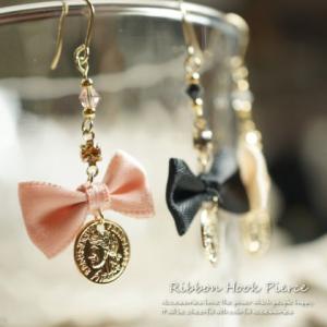 レディースピアス 耳元をキュートガーリーに きらきらと金色に輝く可愛らしいリボンのサガリピアス|laplateriashu