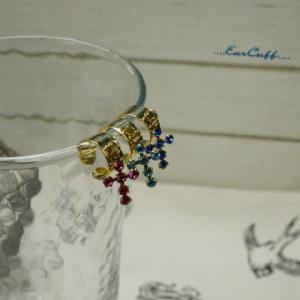 イヤーカフ クロスモチーフのキラキラカットガラスが並べられた華やかなイヤカフ|laplateriashu