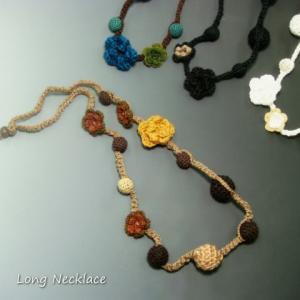 もこもこ毛糸でのお花とくるみ玉☆ほっこりフラワーロングネックレス レディースネックレス|laplateriashu