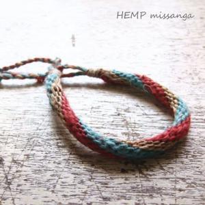 ナチュラルなヘンプ色に赤と青の絡みがかわいいヘンプ(麻)ミサンガ プロミスリング|laplateriashu
