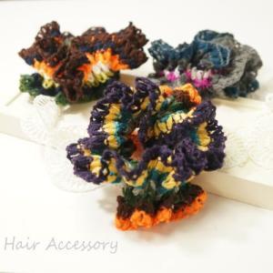 カラフルな色使いで編みこまれたひらひらシュシュ|laplateriashu