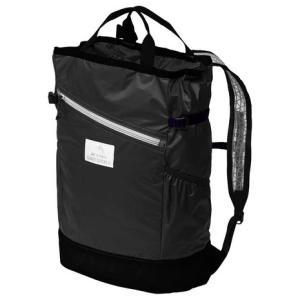 ●背負える筒型のパック。バッド入りの背面パネルに、サイドポケットも付き、パッカブルといえども背負いや...
