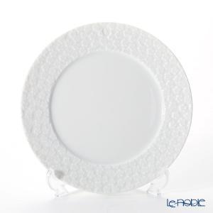 1739年に白いガマズミの花をモチーフに作られた立体的な「スノーボール装飾」を、テーブルウェアの平面...