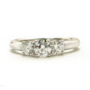 プラチナ ダイヤモンド デザイン リング 0.330カラット 鑑定書付き Eカラー SI2 エクセレント 脇石2ピース0.369カラット|lehaim