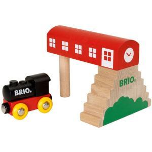 この木製のステーションはレールがなくても遊ぶことができます。好きなところに置いて機関車をくぐらせまし...