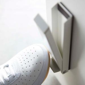 かがむことなく立ったまま操作できる便利な玄関ドアストッパー。荷物で両手が塞がっているときにつま先で引...