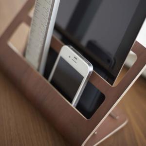 奥には様々なサイズのタブレットPCをすっきり収納。手前にはリモコン、携帯電話、ペン、メガネ、DMなど...