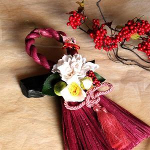 お正月縦長白いダリアと椿のしめ縄(ワイン)lpm0112 イメージ1