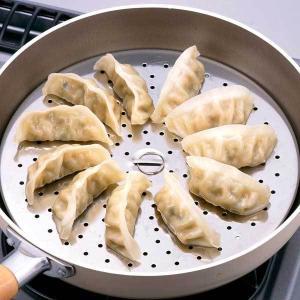 フライパンで手軽に蒸し料理ができる蒸し調理プレートです。フライパンに水を入れ、蒸気が出たら材料を入れ...