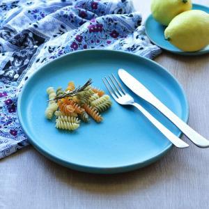 料理が引き立つ優しいトルコ青(トルコブルー)のプレートです。1点1点、日本の職人による手作りで生産さ...