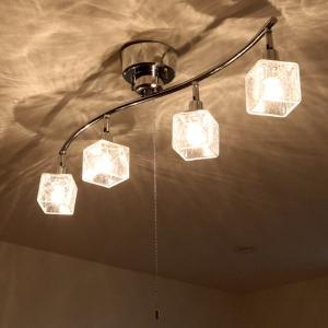 美しいクラックガラスがキラキラ輝く、優しい光を放つライトです。緩やかなカーブを描くバーが印象的な4灯...
