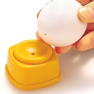 ●ゆで卵の殻をきれいにむくための、卵の穴開け器です。●使い方は簡単で、卵の丸い方を下にしてぽちっと押...