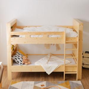 ナチュラルな木目が美しい木製二段ベッド サイズ 幅219x奥行110(はしご含む)x高さ172cm ...