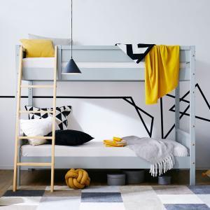 こだわりの天然木を使用した、バイカラーがおしゃれな2段ベッド。シングルベッド2台にも組み換えOKです...