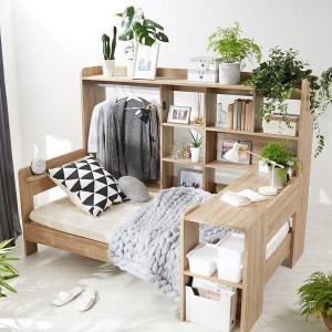 木製ベッドに「ハンガーラック」「ベッドテーブル」「豊富な収納棚」などが付いたシステムベッド(シングル...
