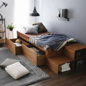 贅沢に無垢材を使用した「階段付き」ベッド。ベッド下には大きな引き出しが2杯。階段下も収納スペースにな...