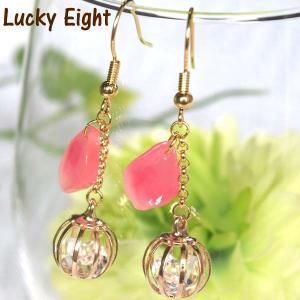 球体にクリスタルのストーンが入っているチャームに、ピンクの飴細工風の花びらパーツを合わせ、とっても可...