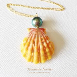 サンライズシェル+タヒチアンパールの贅沢なネックレスです。黒蝶貝の中で育まれた個々に異なるサイズやシ...