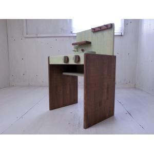 デスクタイプのままごとキッチンです。  シンプルで、お部屋の脇役にも主役にも。  蛇口、コンロのつま...