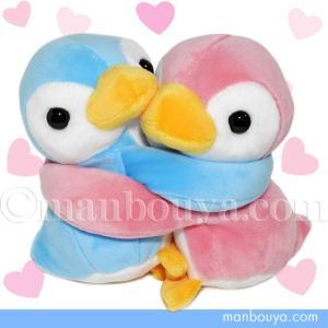 商品名の通りぎゅ〜!っと抱き合った、ラブラブすぎるペンギンのペアぬいぐるみ。 お互いの手(フリッパー...