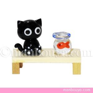 木のベンチにちょこんと座るくろねこと金魚鉢の組み合わせがかわいい置物。 ネコと金魚鉢は硝子、縁台は木...