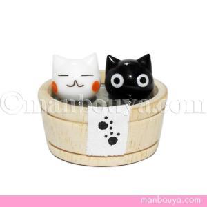 2匹並んで風呂桶につかる猫がかわいい置物。 ねことお湯の部分は硝子、桶は木で出来ています。足跡つきの...