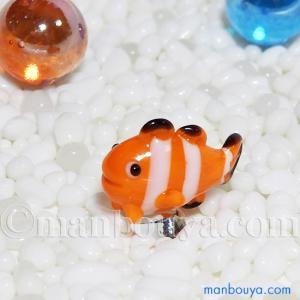 とても小さい硝子製の海の生き物グッズ。カクレクマノミの置物です。 台座がついているので、しっかりと...