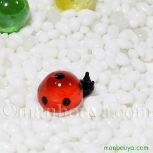 丸くてかわいい、とても小さい赤いてんとう虫の硝子製オブジェ。 ミニサイズで場所を選ばずに飾ることが出...