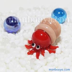 とても小さい硝子製の海洋生物。たこの置物。 蛸壺からひょこっと顏を出したようなかわいいデザインです。...