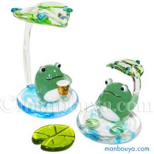 ころんとした形がかわいい蛙2個と、蓮の葉のオブジェのディスプレイセット。 和やかな雰囲気のカエルのイ...