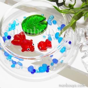 円盤型のガラスの器と小さなキンギョ親子のセットです。 ガラスのさざれ石や葉のパーツも入っています。 ...