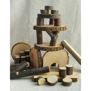 木の皮がついた自然の形を生かした、積み木です。円柱の高さは2cmを基本に作られているので高さもきちん...