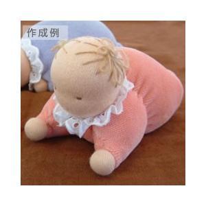 羊毛を一枚の四角いジャージとニットヴェロアで包み、少し縫ったりくくったりするだけで愛らしい赤ちゃんに...